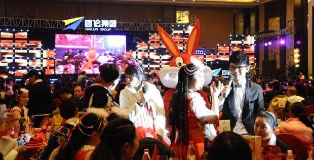 """一段震撼的开场舞,拉开了以 """"2011新启点-新目标""""为主题的联欢晚宴的序幕。由集团总部22位年轻员工表演的舞蹈《飞翔》,恢弘大气、妙曼而富有韵律,很好地表达晚宴大幕开启所需要的氛围:动感激越、灵动飘飞的向上力量。尤其当主要演员舞动水袖,模拟在LED大屏幕上写下行云流水般的""""飞翔""""二字时,全场掌声雷动,许多人评价说:相当""""给力""""。"""